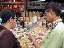 Thanh kiểm tra các loại thực phẩm Tết tại Hà Nội và Hòa Bình