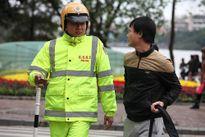 Nhiều người giật mình khi bị 'tuýt còi' đi bộ sai quy định
