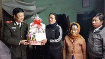 Thiếu tướng Bạch Thành Định tặng quà cán bộ Công an có hoàn cảnh khó khăn