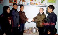 Các cơ quan, đơn vị, doanh nghiệp trao quà Tết cho hộ nghèo