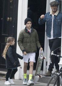 Harper Beckham để tóc dài xoăn cực đáng yêu
