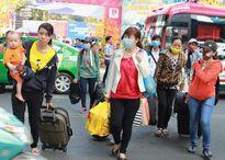 Gần 1.000 công nhân TP.HCM về quê trên chuyến xe nghĩa tình
