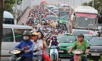 Cả chục ngàn người đổ về Bến xe miền Đông khiến đường kẹt cứng