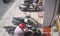 Clip: Trộm ngang nhiên bẻ khóa 'cuỗm' SH ngay trước cửa ngân hàng