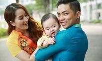 Gia đình Khánh Thi - Phan Hiển và con trai diện áo dài đón Xuân