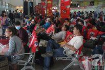 Ngày làm việc cuối cùng trong năm, người dân vội vã rời Sài Gòn về quê ăn Tết