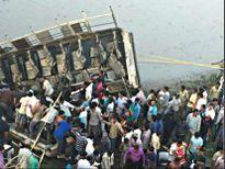 Ấn Độ: Xe buýt lao xuống sông, ít nhất 37 người thiệt mạng