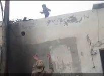Ớn lạnh ông bố chơi ác bắt con nhỏ nhảy xuống từ mái nhà