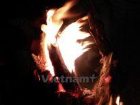 Lửa trại rực sáng khắp làng quê xứ Nghệ trong đêm giao thừa