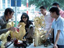 Đôi bàn tay tài hoa của nghệ nhân dát vàng quỳ làng Kiêu Kỵ