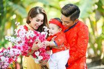 Gia đình Khánh Thi - Phan Hiển mặc áo dài rực rỡ du xuân