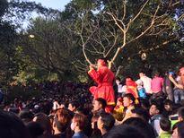 Đủ kiểu leo trèo, cướp lộc ở lễ hội Gióng Sóc Sơn