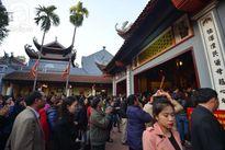 Hàng ngàn người chen lấn đặc kín Phủ Tây Hồ để dâng lễ và xin lộc đầu năm