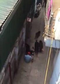 Clip: Kinh hoàng 4 con chó dữ lao vào tấn công khiến chủ đứt gân tay, hôn mê sâu