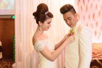 Kha Ly sửa trang phục cho Thanh Duy trước tiệc cưới