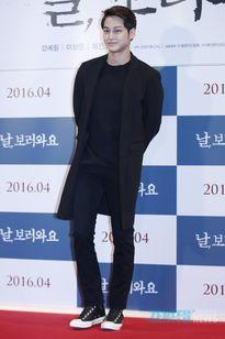 Choi Ji Woo mặc sặc sỡ lấn át đàn em