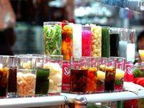 Cẩn trọng với món chè nhiều màu Chè là món ăn giải nhiệt được nhiều thực khách yêu thích. Chè dễ làm, dễ bán nên trên nhiều tuyến phố, các cửa hàng chè luôn thu hút đông đảo thực khách. Thế nhưng vì lợi nhuận, nhiều cửa hàng đã sử dụng phẩm màu để cho ra