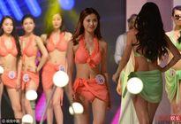 Cuộc thi sắc đẹp Trung Quốc bị la ó vì cho thí sinh thay bikini giữa sân khấu