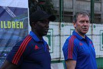 Hai cựu danh thủ của M.U chơi bóng cùng trẻ em Hà Nội