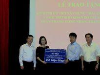 Công đoàn GTVT tặng quà cho người lao động khó khăn