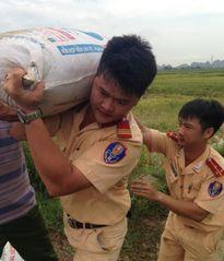 Lực lượng CSGT, công an, quân đội đằm mình 'cứu lúa' giúp dân sau trận mưa lớn