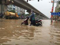 Hà Nội mưa lớn, dân lại lo cảnh 'lội nước' đi làm