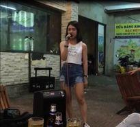 """Clip """"cô gái hát rong"""" xinh đẹp, hát hay như Hương Tràm """"gây sốt"""""""