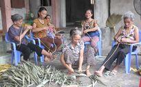Vào làng chằm áo tơi Yên Lạc