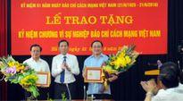 """Các đồng chí lãnh đạo TP nhận Kỷ niệm chương """"Vì sự nghiệp báo chí Việt Nam"""""""