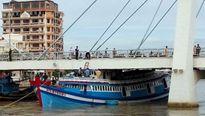 Giải cứu thành công tàu cá mắc kẹt dưới gầm cầu