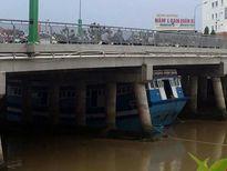 Con tàu 8 tỷ bị kẹt dưới gầm cầu Trần Hưng Đạo