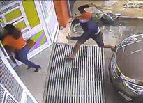 Clip: Côn đồ vác mã tấu truy sát một người phụ nữ ngay trước cửa nhà
