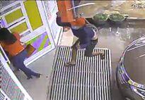 Người phụ nữ bị côn đồ vác mã tấu chém gục trước cửa nhà