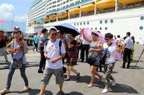 Nhiều khách du lịch đến Huế bằng tàu biển