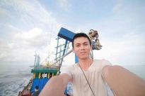 Nhiếp ảnh gia Tâm Bùi 'nằm vùng' ở nhà thùng nước mắm để tác nghiệp