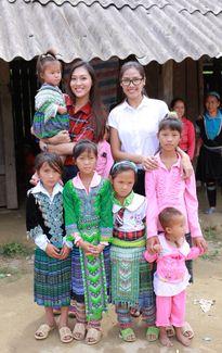 Nguyễn Thị Loan đi chân đất dọn trường lớp ở vùng cao