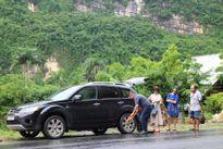 'Táo Giao thông' Chí Trung sung sướng khi tự vá được lốp xe giữa đường