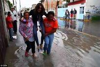 Phóng viên sợ ướt giày đắt tiền, bắt người dân địa phương bế qua vũng nước khi đang tác nghiệp