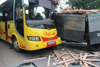 Gần 20 người trên xe khách kêu cứu sau cú đối đầu với xe tải