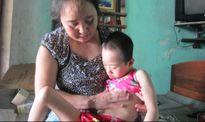 Người phụ nữ 'khổ trăm bề' vẫn cưu mang bé mồ côi bệnh trọng