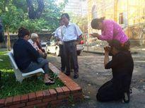 Phúc thẩm vụ thảm án ở Bình Phước: Mẹ bị cáo lạy người nhà nạn nhân