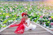 Hình ảnh hai cô gái ung thư bên hồ sen gây bão