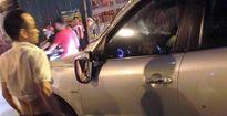 Người đàn ông 'bắt nạt' taxi, bị dân quây liền cố thủ trong xe