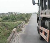 Xe tải ngênh ngang 'ép đầu' không cho vượt giữa Hà Nội