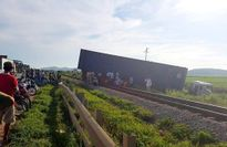 Xe container vắt ngang đường ray, tuyến đường sắt Bắc Nam tắc nghẽn