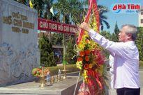 Lãnh đạo tỉnh dâng hương tưởng niệm, tặng quà gia đình chính sách