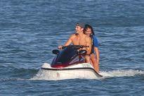 Chồng cũ của Miranda Kerr ngực trần thân mật với gái lạ khi vợ báo tin đính hôn