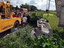 Tàu hỏa đâm xe Audi văng xuống mương nước, 2 người bị thương