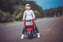 """Cậu bé 4 tuổi Đắk Lắk chụp ảnh chất lừ bên xế """"khủng"""""""