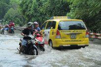 TP.HCM: Phố lại biến thành sông sau mưa